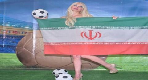 ميريام كلينك عارية تحمل علم منتخبها المفضل