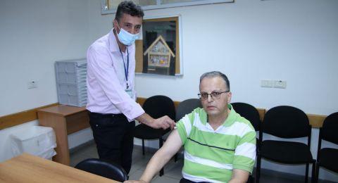 د. عوني يوسف نائب مدير لواء الشمال في كلاليت يتلقى الجرعة الثالثة من تطعيم كورونا