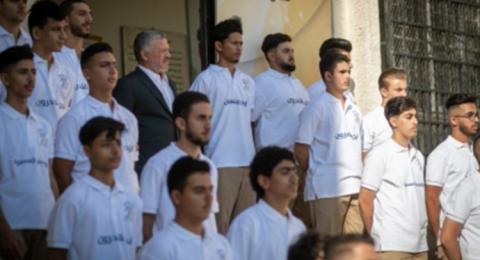 ملك الأردن يشارك في تمارين الطابور الصباحي إحتفالا بأول يوم دراسي