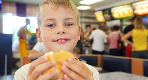 استهلاك المراهقين للوجبات السريعة يهدد نفسيتهم