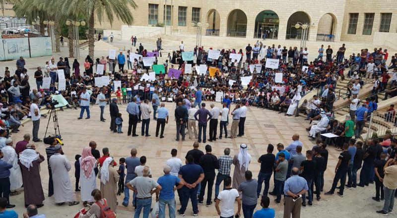مئات الأهالي والطلاب يتظاهرون في بئر السبع لتحصيل حق طلاب القرى مسلوبة الاعتراف
