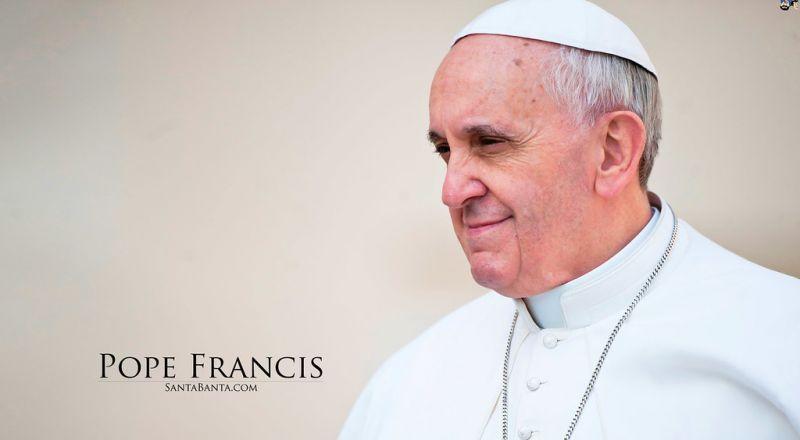 """بابا الفاتيكان يتعرض لـ""""موقف محرج"""".. ورجال الإطفاء يتدخلون"""