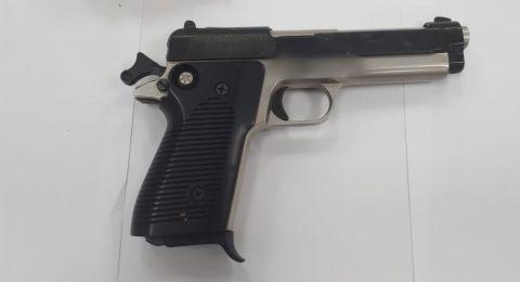 شفاعمرو: ضبط رجل يخفي مسدسًا تحت سريره