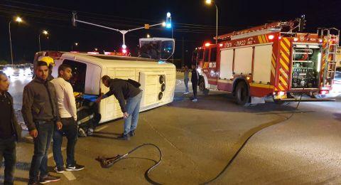 انقلاب سيارة نقل ركاب مينيبوس نتيجة اصطدام سيارة خصوصية بها