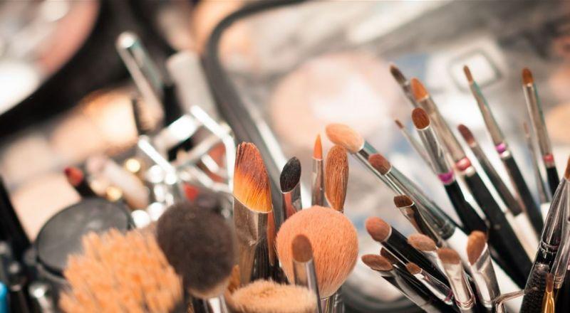 خطرٌ كامن في مستحضرات التجميل.. احذرن طريقة استعمالها!