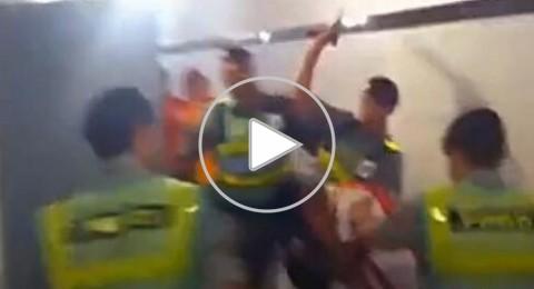 الشرطة البرازيلية تعتدى على مشجع بالهراوات فى أحد الحمامات