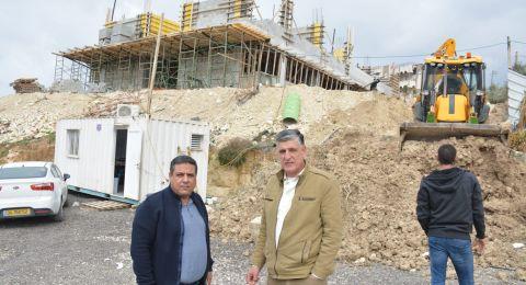 رئيس مجلس محلي الرينة يزور بناية المدرسة الابتدائية الجديدة ويوصي بإقامة موقف سيارات تحت الأرض