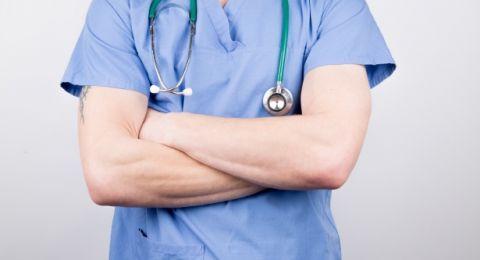 منع طبيب من مزاولة المهنة نهائيًا بعد ارتكابه اعمالًا مشينة مع قاصرين