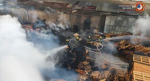 حريق كبير في مستودعٍ للأخشاب في خليج ميناء حيفا