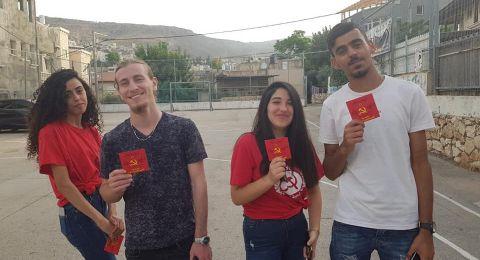 البعنة: الشبيبة الشيوعية توزّع بطاقات المُعايدة على المصلّين