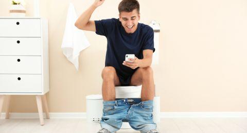 استعمال الهاتف بالحمام يهددك بالبواسير