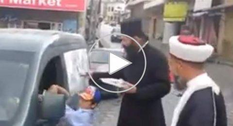 شاهد: شيخٌ ورجلُ دينٍ مسيحي يوزّعان التّمر على الصائمين في جنوب لبنان