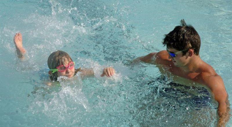 تحذير طبي من خطر ابتلاع مياه حوض السباحة!