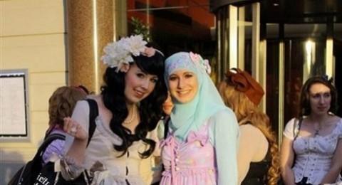 فتاتان مسلمتان تستوحيان أزياء للمحجبات من الموضة اليابانية