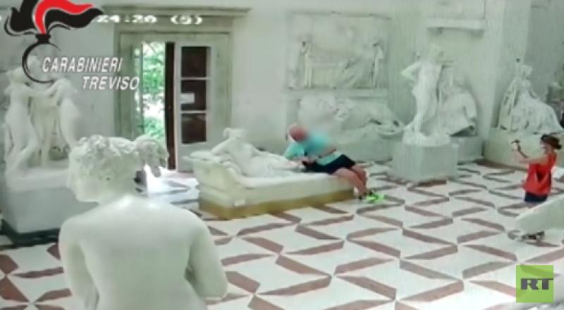 كاميرات المراقبة تفضح سائحا نمساويا شوه تمثالا في متحف إيطالي