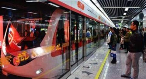 صينية تضع مولودها على رصيف محطة مترو الأنفاق