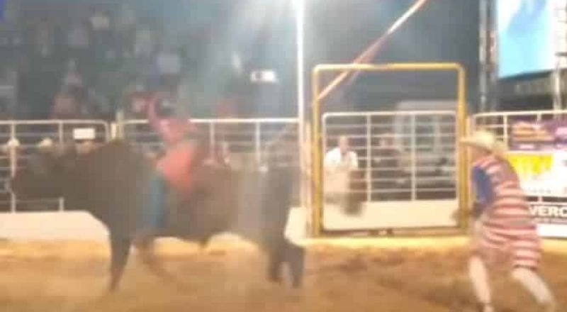 ثور هائج ينطح مصارعه ويقذفه في الهواء خارج أسوار الحلبة !