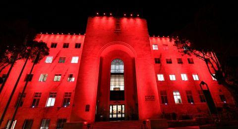 إضاءة مبنى بلديّة حيفا هذا المساء لذكرى وفاة عامل بلديّة حيفا المرحوم حسن ابو عزيزة الذي توفي في حادثة مأساويّة