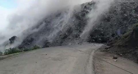 بركان يحاصر مئات الإندونيسيين في جزيرة سياو