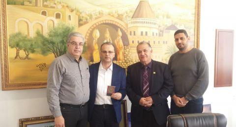 د. عوني يوسف مدير صندوق المرضى العام (بناية الأبراج) في الناصرة يزور بلدية الناصرة