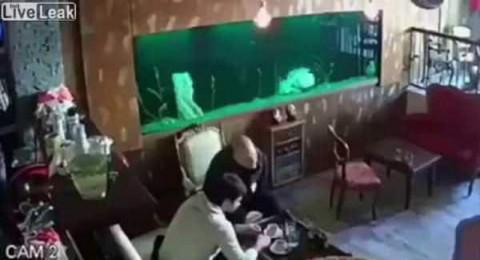 انفجار حوض أسماك داخل مطعم يغطي الزبائن بالمياه
