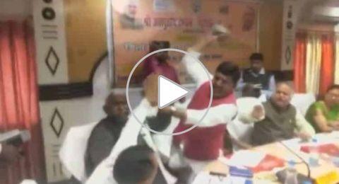 معركة بـ الأحذية بين سياسيين في الحزب الحاكم بالهند على الهواء