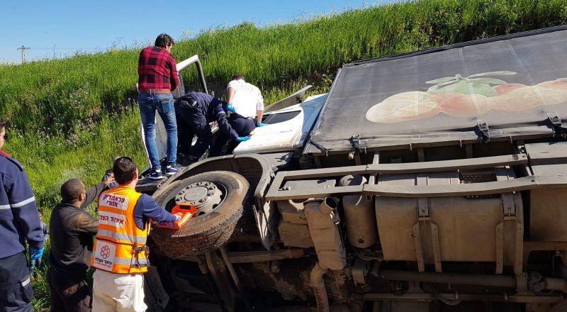 إصابة سائق اثر انقلاب شاحنة قرب طمرة الزعبية