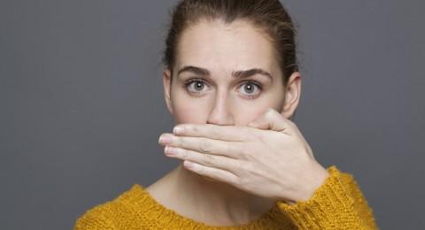 أطعمة يوميّة تسبّب رائحة كريهة للفم