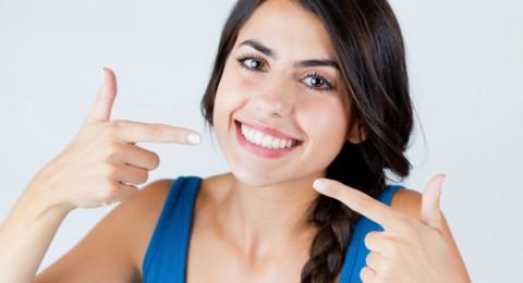 تحذير بريطاني من تبييض الأسنان غير القانوني