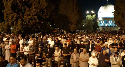 الالاف من المصلين يؤدون صلاتي العشاء والتراويح في المسجد الاقصى