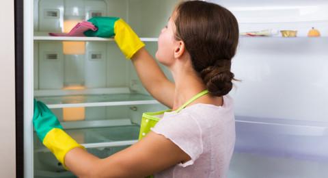 4 مكونات فعالة في محو آثار الملصقات عن الثلاجة
