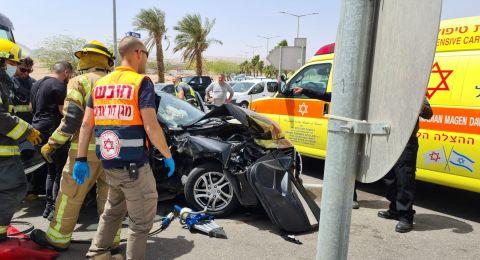 5 اصابات متفاوتة في حادث طرق بين سيارة خصوصية وشاحنة