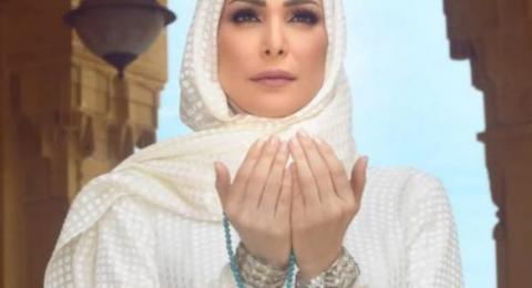 أمل حجازي تؤدي فريضه الحج: لست على المسرح انا بين يديّ الله