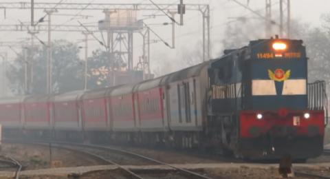 هندي يحاول صعود قطار مزدحم
