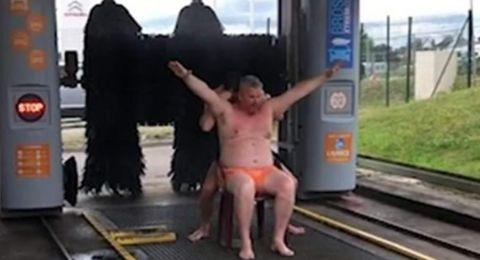 لقطات طريفة.. رجلان يستحمّان داخل مغسل للسيارات!