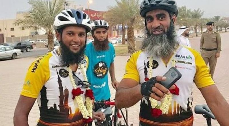 حجاج بريطانيون يصلون إلى المدينة المنورة على دراجات هوائية