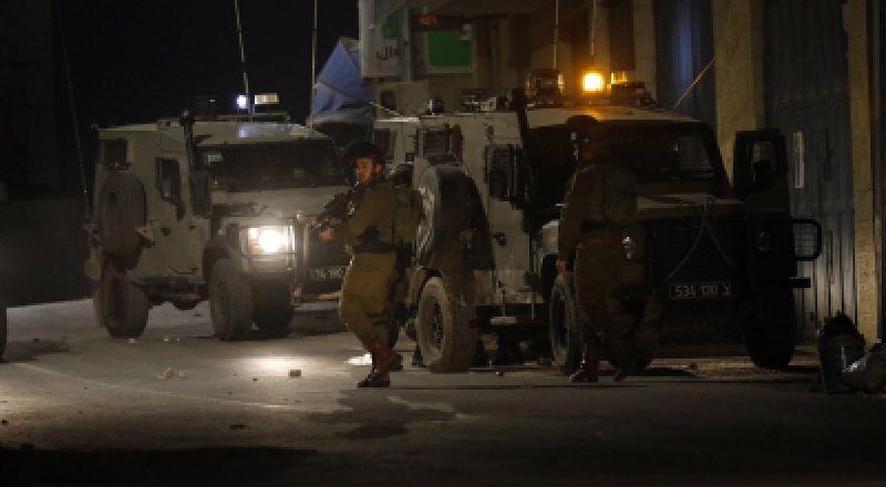 الحيش الإسرائيلي يعتقل 13 مواطنًا بمداهمات في الضّفة
