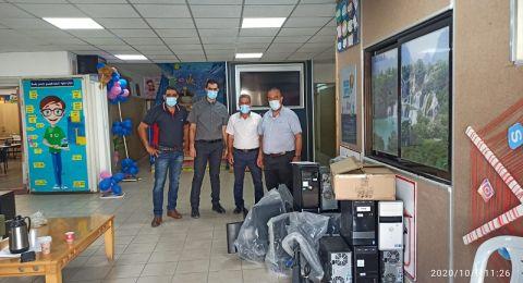 مجلس طلعة عارة يتبرع ب 12 حاسوب لابتدائية مشيرفة