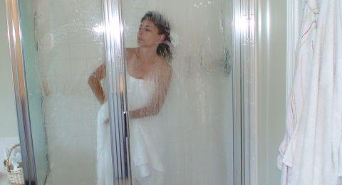 أخطاء ترتكبينها أثناء الاستحمام ستدمر بشرتك.. إياك أن تفعليها!