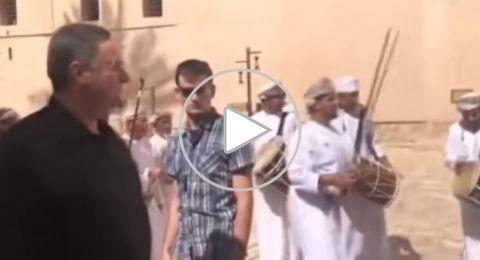 بالسيلفي والرقص بالسيف .. هكذا استقبلت عُمان وزير الاستخبارات الإسرائيلي