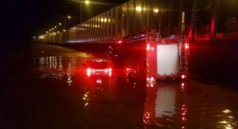 انقاذ عالقين بسيارة في وادي كيشون بمنطقة حيفا بعد أن جرفتهم السيول