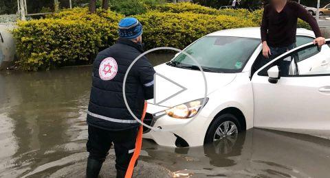 حيفا: تخليص طبيب (40 عاما) علقت سيارته بسبب الامطار
