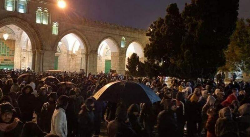 رغم الامطار.. الآلاف يؤمون الأقصى لصلاة الفجر Bb054