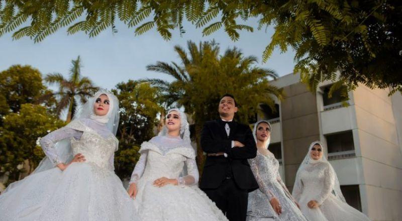 مصري يفاجئ والدته بالزفاف على 4 فتيات Bb061