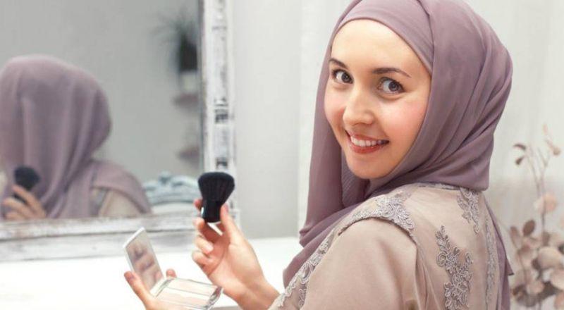 دار الإفتاء: يجوز للمرأة وضع مكياج خفيف لا يلفت النظر