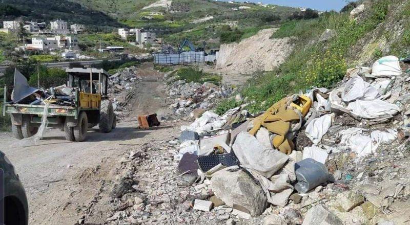 بلدية ام الفحم: الشرطة الخضراء تغرم سائقاً فحماوياً 3000 شيكل ألقى بنفايات صلبة على قارعة الطريق