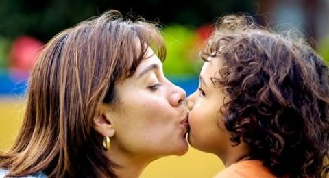 هل تقبّلون أطفالكم؟.. احذروا، هذا الأمر خطير