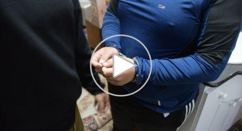 الشرطة تداهم  منازل مشتبهين بالتجارة بالأسلحة والمخدرات