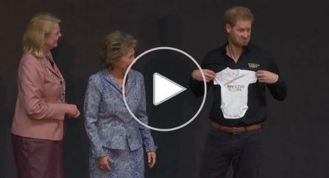 الأمير هاري يتلقى أول هدية طريفة لطفله.. شاهدوا رد فعله