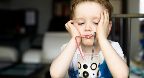 نصائح لجعل طفلك يرغب شرب الحليب